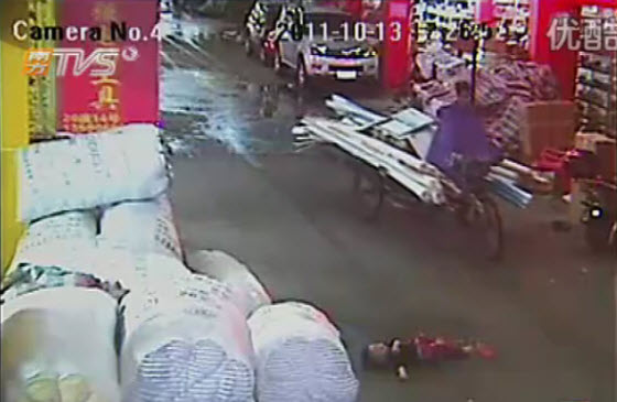 2-year-old-chinese-girl-ran-over-twice-1